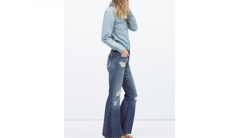 Джинсы-клеш 3,999 руб.+ рубашка из легкого денима 2,999 руб. (Zara) фото с сайта zara.com