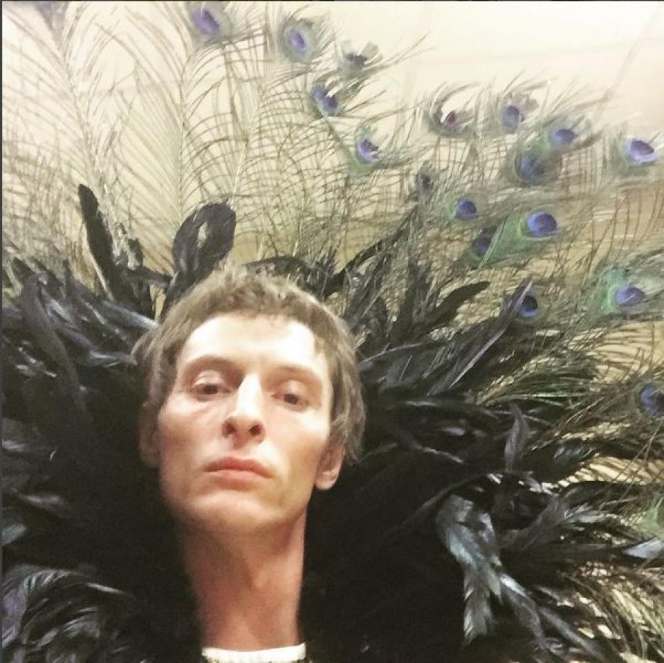 Даже в гламурных перьях он выглядит органично