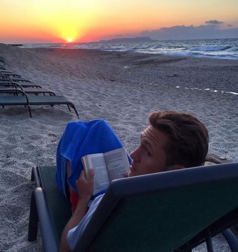 Влад Соколовский отдыхает на море. Тут не селфи, потому что книга