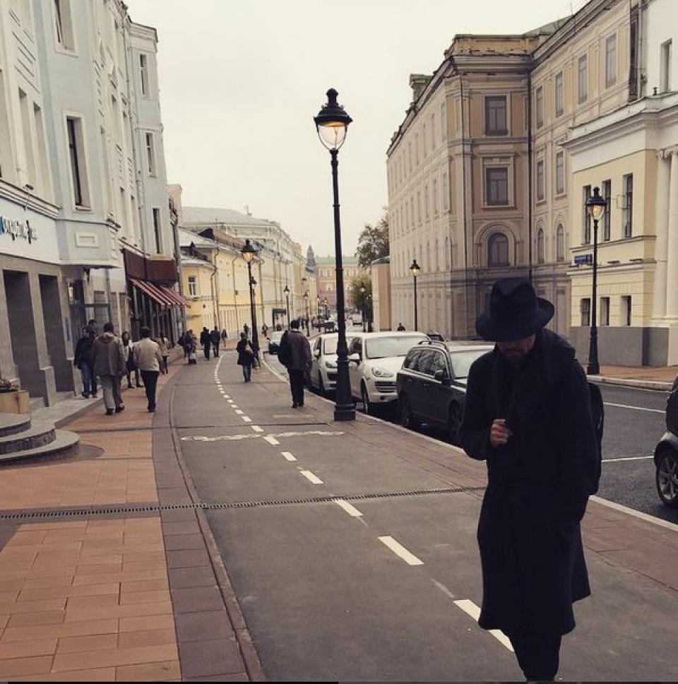 Дима Билан замаскировался и пошел на прогулку. Ох, шпион!
