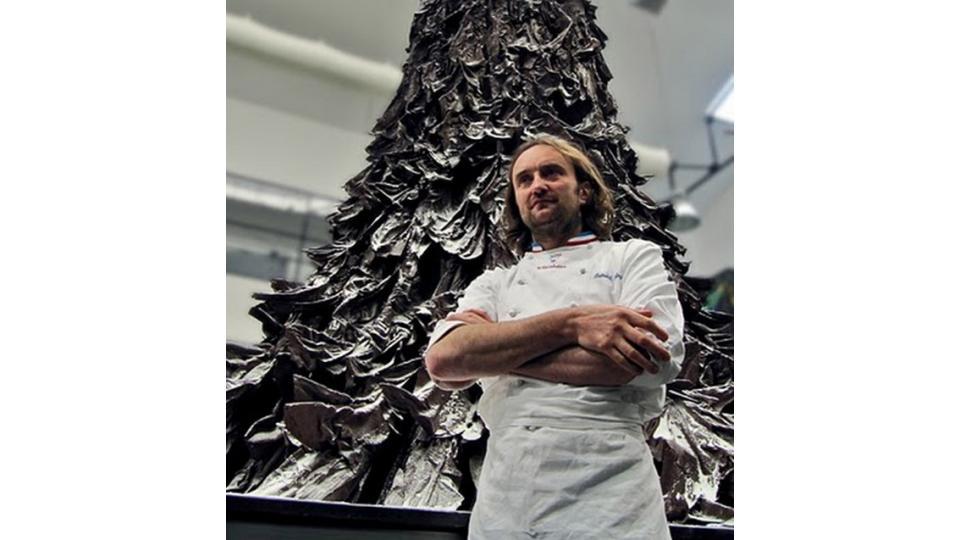 Создатель шоколадного чуда - Патрик Роже рядом со своим творением